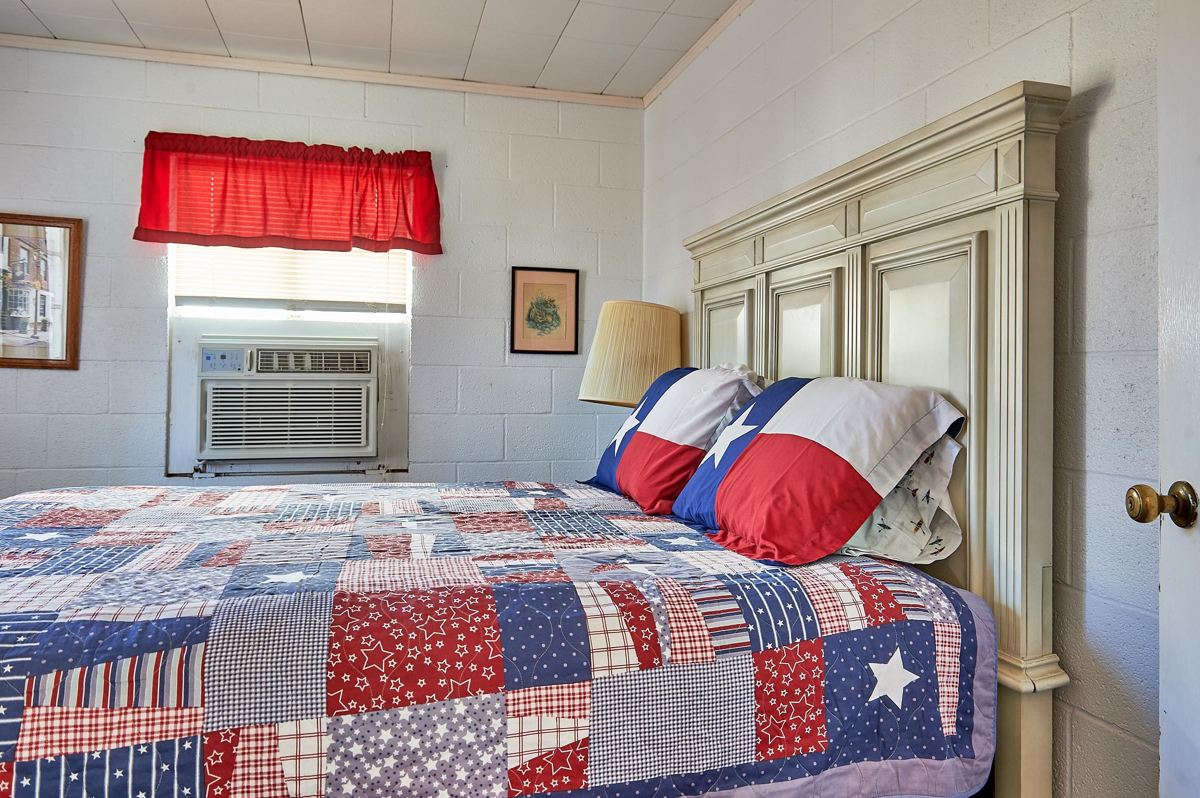 Enchanted Rock Cabin Queen Master Bedroom